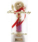 Кубок на узкой ножке красного цвета